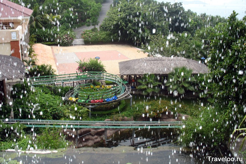 Вид на сани сквозь струи водопада